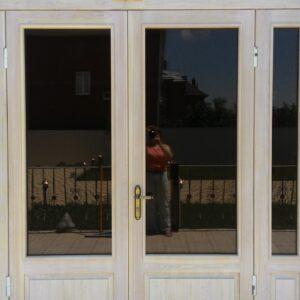 Двери из массива дерева со стеклом